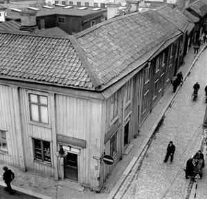 Sundströms hörna. Den gamla järnhandeln låg i hörnet Smedjegatan och Vasagatan. Den här bilden är troligen från 1940-talet. Vasagatan, som går uppåt i bilden, var bara sex meter bred fram tills trähusen revs några år in på 1950-talet.