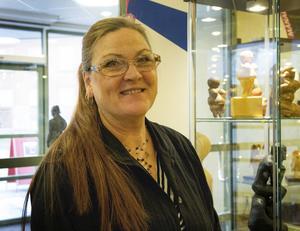 Elisabet Lundwall har varit med i varje konstrunda sedan starten 2006. Holy Wood Mo står det på ladugaveln i Hälsingmo där hon tar emot besökare i sin ateljé.