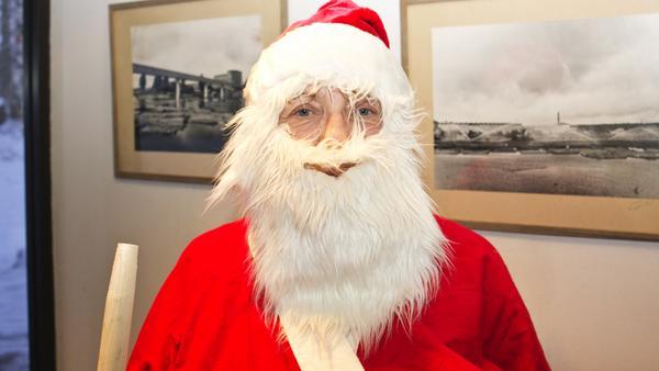 Jultomten, 62 år, delar ut julklappar, Nordpolen:–Nej, inte än. Jag kommer plocka bort det nästa helg eller den trettonde.