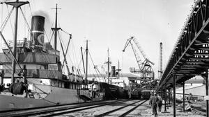 Så här såg det ut vid Kraftverket 1953. Då var hamnen nybyggd och modern.