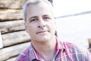 Under somrarna är Peter Lloyd bosatt i Hassela, Hälsingland. Han är själv konstsamlare och kan en hel del om konst.