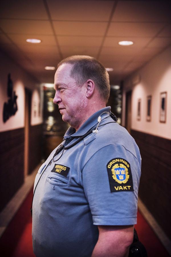 – Det handlar om att bjuda på sig själv, vara mjuk och trevlig och inte ha någon storstadsmentalitet. Vi har alltid en tändare med oss och erbjuder folk som har gått ut för att röka eld, säger ordningsvakten Sture Jonsson.
