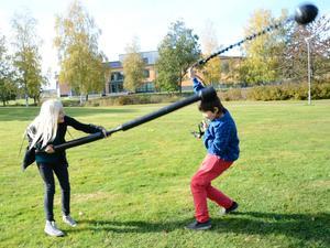 Nova Sernler och Zacharias Särnqvist passade på att testa Jugger när Studiefrämjandet arrangerade en prova-på-dag på Loppholmarna i Lindesberg.