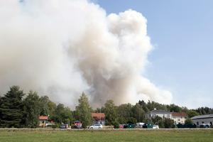 Skogsbranden väster om Sala fortsätter. Här utanför samhället Gammelby nära Virsbo.