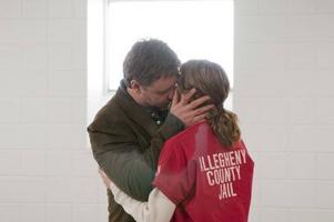 Russell Crowe och Elizabeth Banks spelar paret som skiljs åt av fängelsemurar i
