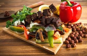 Här är Veggokökets hemknådade grillbitar gjorda på sojabönor och vetegluten och smaksatta med en bbq-kryddning.