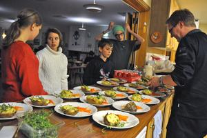 Ungdomarna stod på rad och var redo att bära ut maten till sina hungriga kamrater i matsalen.