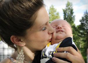 Hanna Broman tar både studenten och har blivit mamma. Oscar föddes den 8 maj och på hans mössa står det förstås