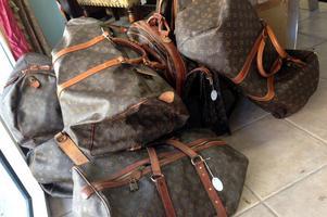 Det var väskor av det exklusiva märket Louis Vuitton som bedragarna låtsades sälja. Några av de lurade fick billiga kopior, andra ingen väska alls. På bilden ses äkta väskor.
