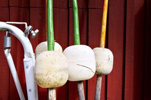 Det finns en mängd nyttoprylar som vittnar om historian som fiskehamn – som de här målade lateralprickarna av målat trä som placeras i infarten för att markera farleden för båtarna.