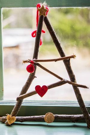 Barnens julpynt får ta stor plats när huset julpyntas. En pinngran är ett fint minne från förskoleåren.