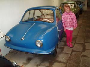 Mitt barnbarn Izabella har hittat en bil som är lagom till henne