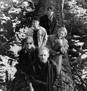 TYKOZ BRAVADER 1989. Lars Eliasson spelade trummor i bandet och står längst fram på bilden. Medlemmarna intervjuades i Arbetarbladet inför Hollandsturnén som de gjorde hösten 1989.