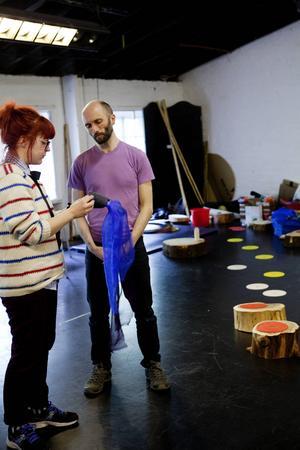 Jennie designade kläderna till Hopscotch (Hoppa hage) en dansföreställning som sattes upp på en gata i Glasgow under Commonwealth Games, ett gigantiskt sportevenemang. Här pratar hon kostym med föreställningens koreograf.