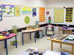 Så här ser ett av rummen ut i den nya skolan.