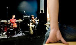 Stockholmsgrabbarna Nils Nygårdh och Linus Östlund är två av många musikintresserade ungdomar som nu fått provspela inför en jury för att ta en plats vid Boomtowns musiklinje. Foto: Johan Solum