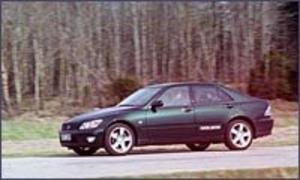 Foto: OLLE HILDINGSON BMW-utmanare. Toyotas lyxbil Lexus IS 200 har till skillnad från sina större utslätade syskon en klar karaktär i utseendet.