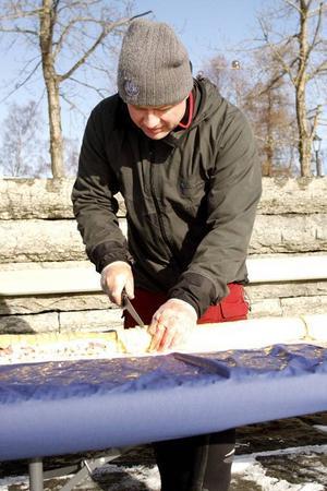 Leif Aronsson, bagerichef på Frösöbageriet, skar upp tårtan i bitar strax innan den skulle serveras.