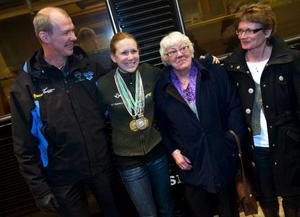 Helena Jonsson möttes av pappa Hans, farmor Berit och mamma Eva på Centralen i Stockholm.