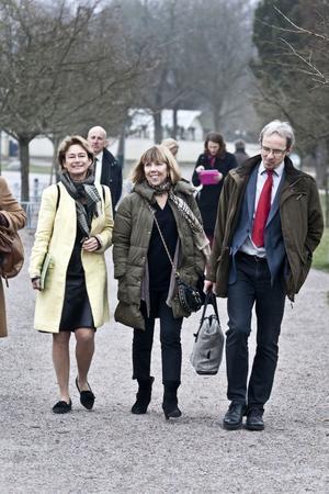 Det dagslånga besöket inleddes med en promenad på Hälsans stig. Landshövding Barbro Holmberg går här varje morgon. I går visade hon vägen för idrotts- och kulturministern Lena Adelsohn Liljeroth, som upptäckte att Gävle kan vara kallt i april.