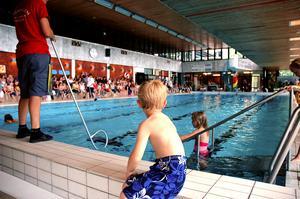 Som en fena i vattnet. Alla barn har enligt skollagen rätt att få möjlighet att lära sig simma. Foto: Jenny Lagerstedt