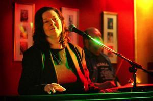 Hon har spelat med Van Morrison, Carl Perkins, Chuck Berry, Fats Domino och inte minst sin bror Jerry Lee Lewis. I går spelade Linda Gail Lewis på Bangårdsgatan  i Östersund.