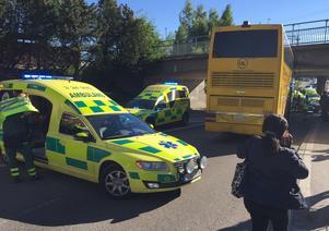 Räddningstjänsten och ambulanspersonalen arbetade med att få loss skadade från bussens övervåning medan ögonvittnen och oskadda samlades.
