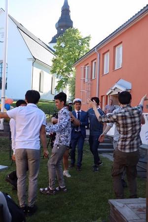 Glädjen över den fantastiska dagen uttrycks i en spontan dans till afghansk musik.