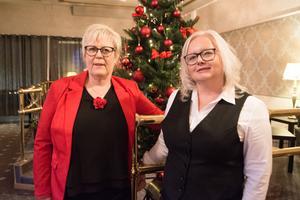 Hotellchefen Monica Lindmark och receptionschefen Pernilla Sundelin njuter av den sköna atmosfären i frukostmatsalen på julaftons morgon.