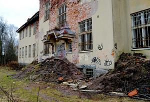 Trots att kommunen murat igen ingångar, spärrat av och varnat med skyltar tar sig obehöriga in gång på gång.