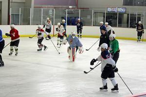Nivån på hockeyn är betydligt lägre jämfört med den division 1-miljö Johan Sundin befunnit sig i.