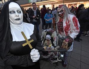 Kanske det ser ut så här när filmen spelas in? Bilden är från Essen i Tyskland där det anordnades en så kallad zombie walk härom året. Foto: TT