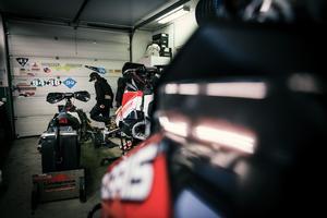 Gustaf hemma i garaget bland skotrar och verktyg.