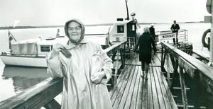 Fru Hanna Andersson på Skåpholmen är på väg för att titta vad bokbåten hade att erbjuda 1964. Foto: VLT:s arkiv