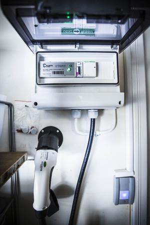 Mikael Halvarsson har fått en laddbox installerad i garaget efter alla konstens regler.