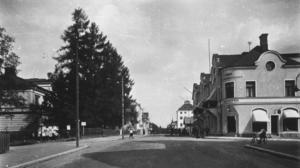 På Storgatans vänstra sida upp mot torget låg Upplandsbankens kontor i en lummig park.