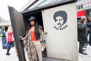Betlehem Isaak, dotter till den fängslade svensk-eritreanske journalisten Dawit Isaak står framför en kopia av den cell där hennes far sitter fängslad sedan 2001.