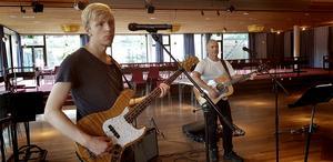 Under bandnamnet The Beat band spelar och sjunger basisten Daniel Gullö och gitarristen Pieter Hounslow  olika Beatles-låtar