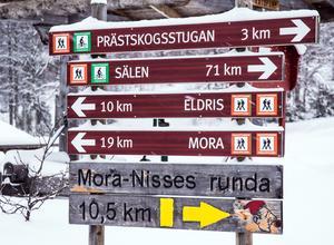 """Hökberg. en god bit på väg, för den som åker hela sträckan. 71 km till Sälen, och """"bara"""" 19 kilometer till Mora."""