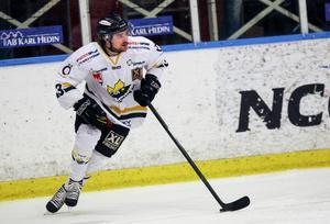 Petter Runesson – här i Östersunds IK:s dress – har hastigt kallats in till IK Oskarshamn som har backbrist. På lördagen gjorde han sin första match i hockeyallsvenskan. Bild: Per Hansson/arkiv.