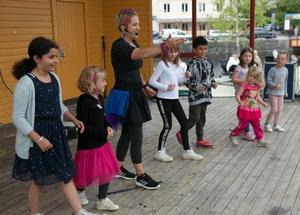 Från scenen leddes gymnastikuppvisningar under Barnens dag.
