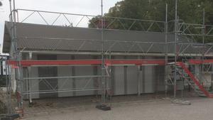 Delar av byggnaden håller på att rivas och på den lediga ytan hoppas Köpings kommun på att kunna bygga ett cykelförråd till pendlare.