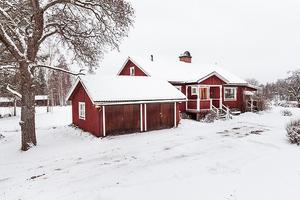 Lantligt, sjönära och på bekvämt avstånd till både Falun, Leksand och Rättvik. Utsikt över Smälingen. Foto: Svensk Fastighetsförmedling.