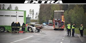 Av krockvåldet blev den ena lastbilshytten mycket svårt demolerad. Båda förarna har enligt uppgift förts till sjukhus i ambulans.