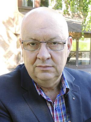Ulf Berg (M) är ordförande i kollektivtrafiknämnden som nu måste dra ner kostnader för att nå balans i ekonomin.