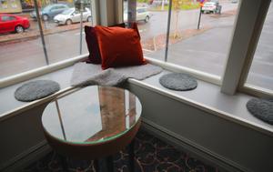 Slipstenar, Orsas signum, har blivit bord i lounge.