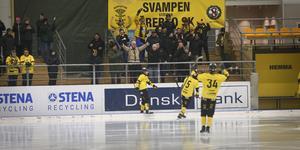 Nico Nevalainen (till vänster) firar efter att ha gjort sitt tredje mål för dagen.