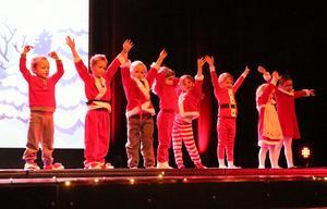 Nytt för i år var akrobatisk dans där barnen fick visa upp sina kullerbytter och andra trix de lärt sig.