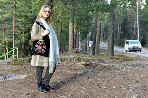 Hanna i närheten av hemmet i Älvdalen. Bakom henne kan man ana Stubrot.