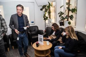 Kenneth Östberg (S) i tar sig fram med kaffet i hand. I soffan sitter Gunilla Kuul och Malin Gabrielsson från Kristdemokraterna.